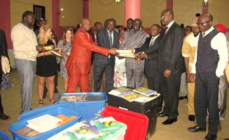 Yemba Canada offre un don de livres à la bibliothèque municipale de Dschang.